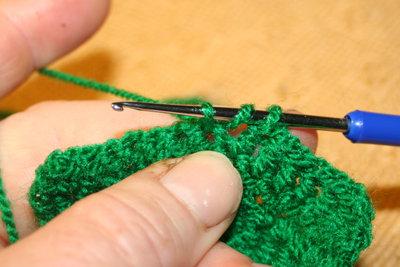 Aus drei Schlingen auf der Nadel entstehen halbe oder ganze Stäbchen.