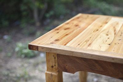 Holzfans betonen beim Eigenbau des Klapptisches die Holzmaserung.