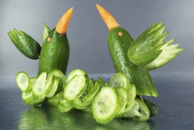 Schnitzen Sie aus Gurken und anderem Gemüse hübsche Dekorationen.