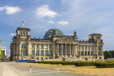Im  Reichstagsgebäude  verabschiedet das deutsche Parlament Gesetze.