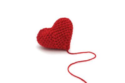 Ein Amigurumi-Herz ist für Häkelfreunde eine leichte Aufgabe.