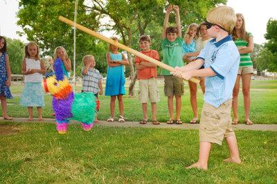 Das Zerschlagen einer Piñata ist immer eine aufregende Sache.