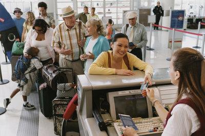 Checken Sie Ihren Flug online ein und vermeiden Sie lange Schlangen am Flughafen.