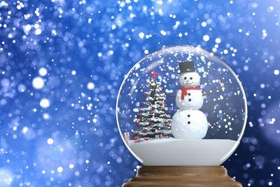 Ein Schneemann für die Schneekugel lässt sich leicht aus FIMO basteln.