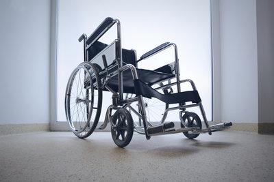 Die richtigen Maße bei der Anschaffung eines Rollstuhls sind wichtig.