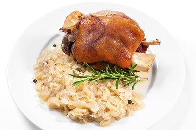 Sauerkraut und geschmorte Haxen gehören zusammen.