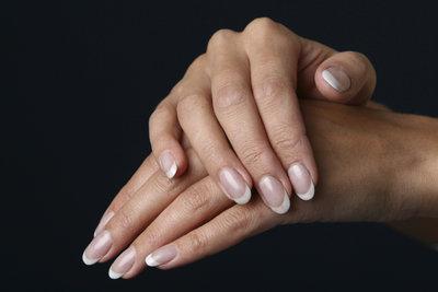 French Nails betonen die Nagelspitzen mit weißem Lack.