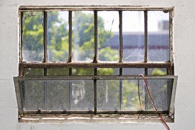 Schließen Sie im Sommer besser das Kellerfenster tagsüber.