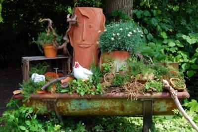 Mit Naturmaterialien und alten Gegenständen einzigartige Gartendeko selber machen