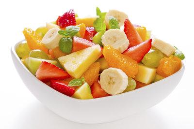 Ein leckerer Obstsalat schmeckt auch als Hauptgericht.