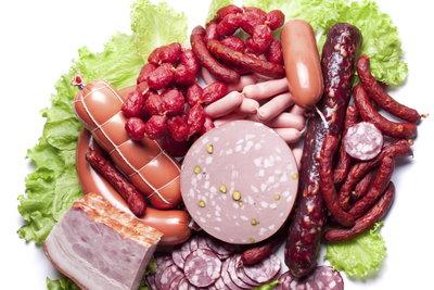 Fettes Fleisch und Wurst tragen zu einem hohen Blutfettspiegel bei.
