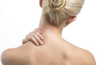 Nackenverspannungen kommen durch Stress, Schreibtischarbeit oder Fehlstellungen.