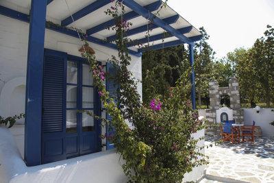 Eine überdachte Terrasse schützt vor Regen und spendet Schatten