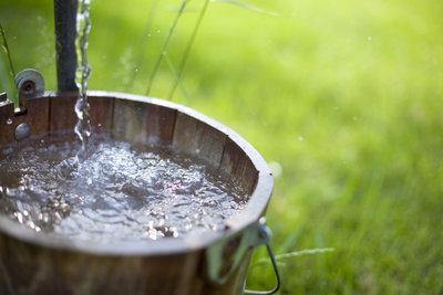 Bauen Sie sich einen eigenen Brunnen, um Ihre Pflanzen zu gießen