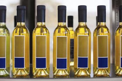 Mit selbst gestalteten und gedruckten Flaschenetiketten wird das Geschenk persönlicher.