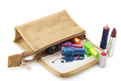 In der Kosmetiktasche reisen Ihre Make-up-Utensilien getrennt vom übrigen Gepäck.