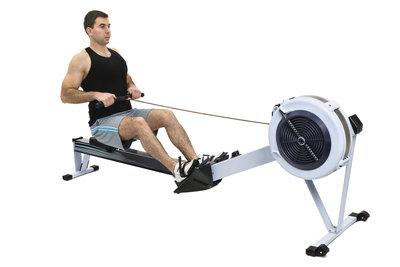 Auf dem Ruderergometer trainieren Sie unterschiedliche Muskelgruppen.