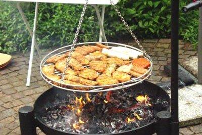 Auf dem Schwenkgrill brennt das Fleisch nicht an.