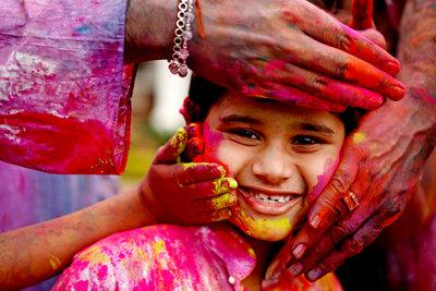 Auf dem hinduistischen Holi-Festival segnen die Menschen einander mit gesegneten Farben.