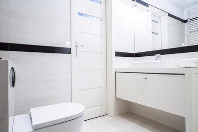 Ein kleines Bad sollte den Platz unter dem Waschtisch als Stauraum nutzen.