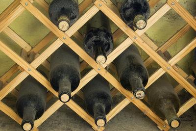 Weinflaschen liegen am besten einzeln und vor Licht geschützt.