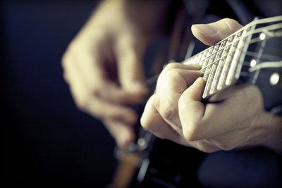 Mit nur zwei oder drei Akkorden können Sie etliche Gitarrenlieder spielen.