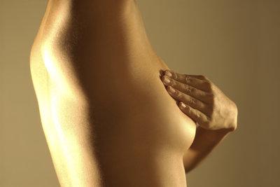 Wer seine Brust regelmäßig abtastet, kann ungewöhnliche Veränderungen erkennen – und rasch handeln