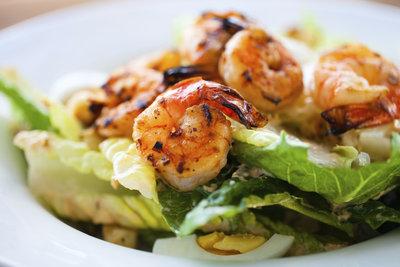 Shrimps-Salat ist eine ausgezeichnete Vorspeise.