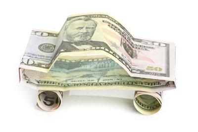 Neben Origamitechniken können auch einfachere Falttechniken ein Auto entstehen lassen.