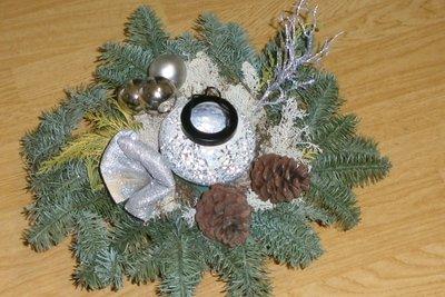 Moderne Gestecke sind auch mit Windlicht und LED-Flackerkerze weihnachtlich.