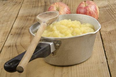 Apfelkuchen mal anders? In den Apfel-Schmand-Kuchen kommt der Apfel als Mus.