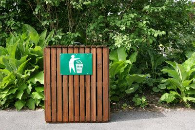 Mülltonnenverkleidungen aus Holz integrieren sich gut in die Umgebung.