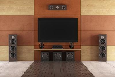 Eine TV-Wand mit Wandaufhängung für den Bildschirm ist eine der beliebtesten Varianten.