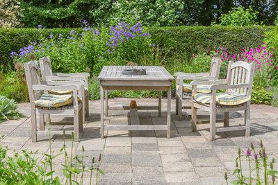Klapptische sind auch im Garten sehr praktisch.