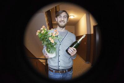 Blumen und Wein sind die klassischen Mitbringsel für eine Einladung.