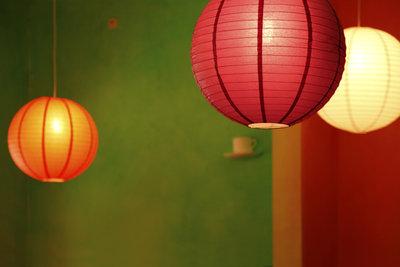Lampenschirme aus Papier wirken gemütlich und bringen Farbe ins Zimmer.