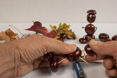 Kastanienmännchen gehören zu den beliebtesten Herbst-Bastelideen.