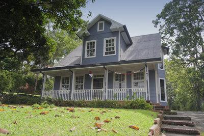 Vordachkonstruktionen aus Holz dienen oft als Terrassenüberdachung.