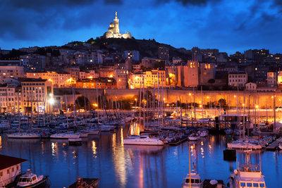 """Van Cauwelaerts """"Findelkind"""" spielt in den Schatten von Marseilles Fassade."""