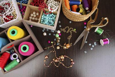 Aus Perlen, Draht und Fäden basteln Sie schöne Wickelarmbänder.