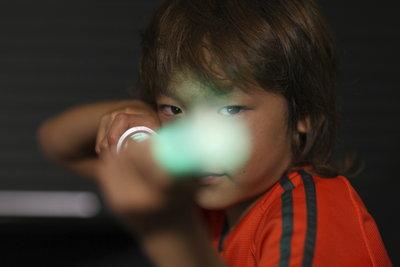 Die Laserklinge bauen Sie in das Laserschwert für Ihr Kind lieber nicht ein.