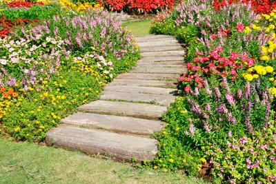 Gartenwege sind nicht nur zweckmäßig, sie sollten sich in die Umgebung einfügen.