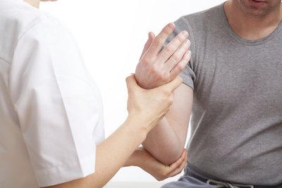 Der Tennisarm kann durch eine gezielte Physiotherapie sehr gut behandelt werden.