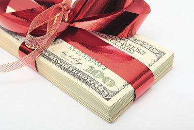 Geldgeschenke können auf kreative Art und Weise überreicht werden.