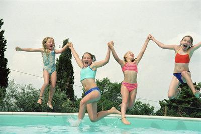 Glückliche Kinder im Schwimmbad sind das Größte.