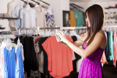Viele Frauen sind sich bei der Wahl der Farbe von Kleidung unsicher.