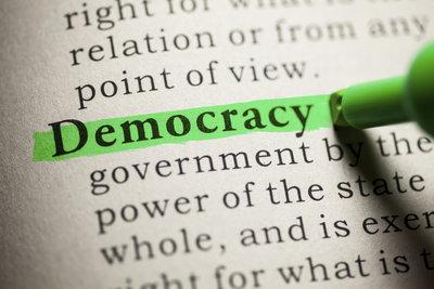 In einer Demokratie geht die Macht vom Volk aus.