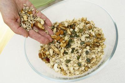 Unverarbeitete Flocken, Nüsse und Kerne sind die beste Grundlage für ein Müsli.