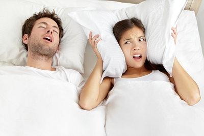 Schnarchen kann ein harmonisches Zusammenleben empfindlich stören.