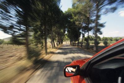 Je schneller Sie fahren, umso kleiner wird die benötigte Zeit für eine bestimmte Strecke.